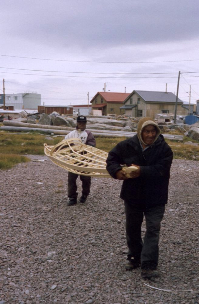 Gino Akkaq and Josie Angutinngurniq carrying a netsilikmeot kayak